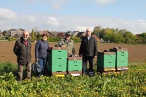v.l.n.r.: Herr Paul-Heinz Backes, Frau Getze, Herr Alexander Wegner und Herr Hermann Diedrich an den in Kempen in der nähe der B 509 aufgestellten Bienenstöcken